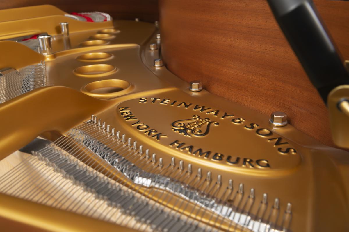 piano de cola Steinway & Sons m170 arpa puente