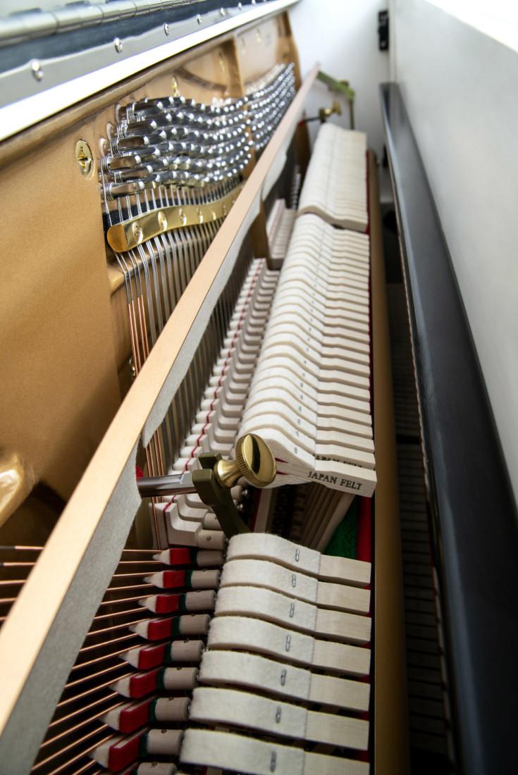 piano-vertical-konig-l122-nuevo-blanco-interior-02