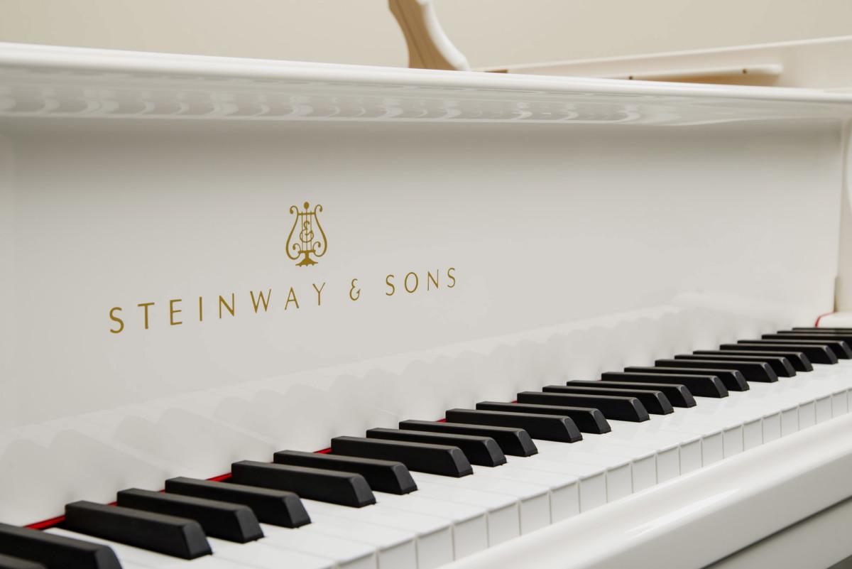 piano-cola-steinway-sons-o180-spirio-artesanal-nuevo-blanco-teclado