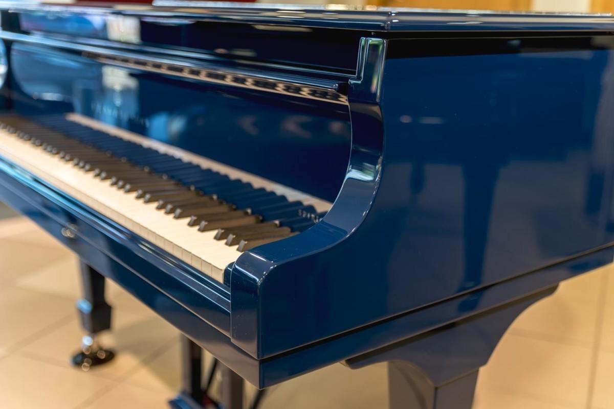 STEINWAY-B-211-ONE-ONLY-BLUE-SPIRIO-608277 detalle piano teclas teclado lateral