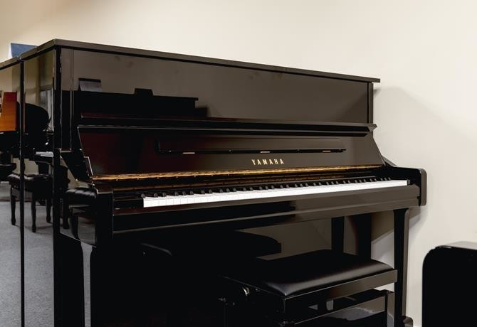 YAMAHA-YU11-6216931 vista general piano banqueta