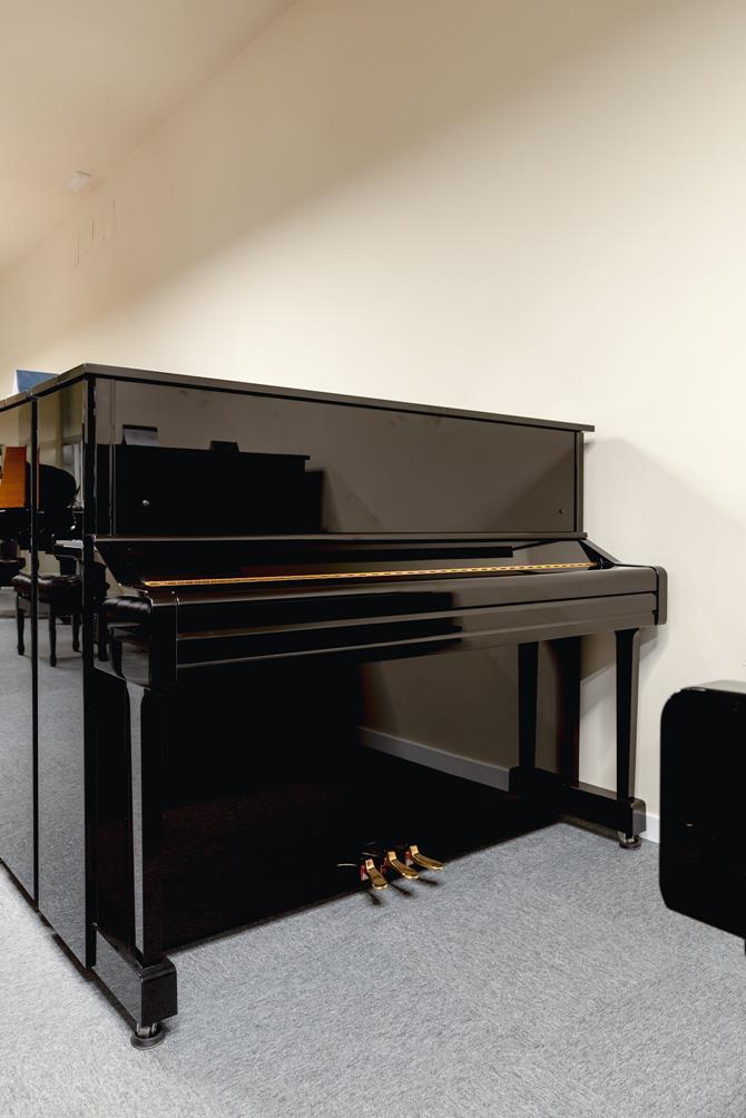 YAMAHA-YU11-6216931 vista general piano tapa cerrada