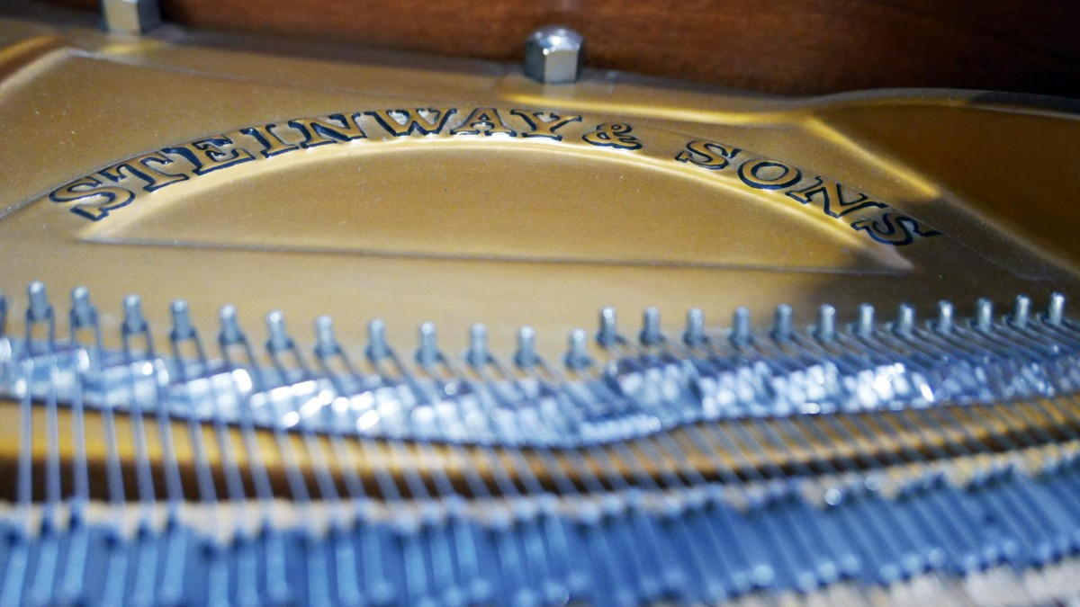 piano de cola Steinway & Sons O180 #466396 detalle arpa firma