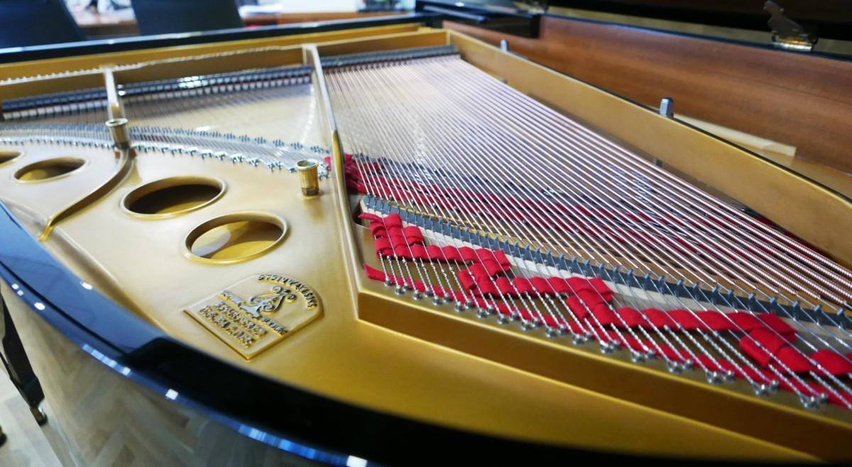 piano de cola Steinway & Sons O180 #466396 vista trasera cuerdas bordones arpa tabla armonica