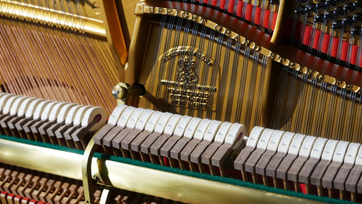 Steinway-&-Sons-K132-#91164-detalle-interior-mecanica-cuerdas-martillos