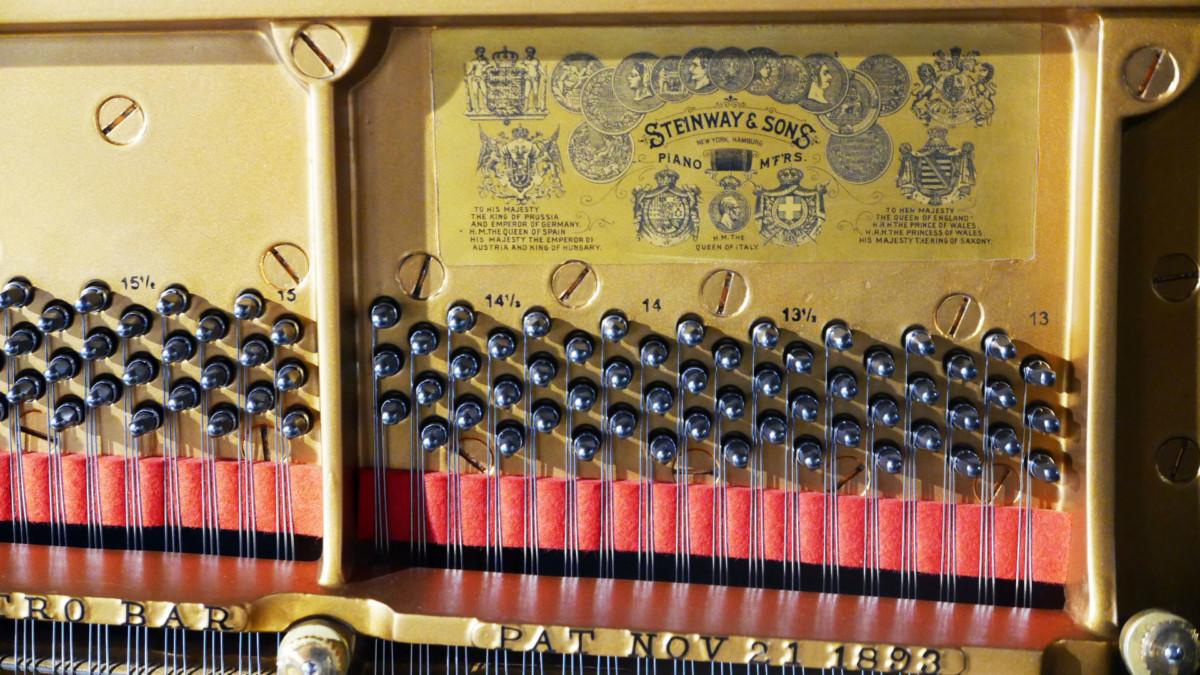 Steinway-Sons-K132-91164-detalle-steinway-mecanica-logo-antiguo