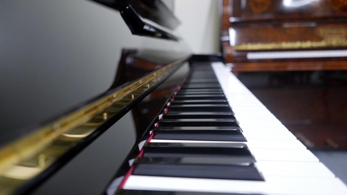 Yamaha U30BL #4464545 detalle teclado teclas vista lateral