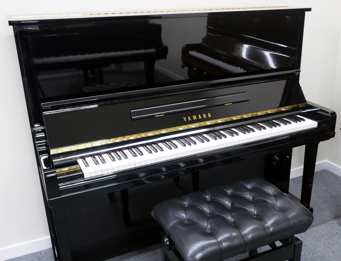 Yamaha U30BL #4464545 vista general piano abierto con banqueta