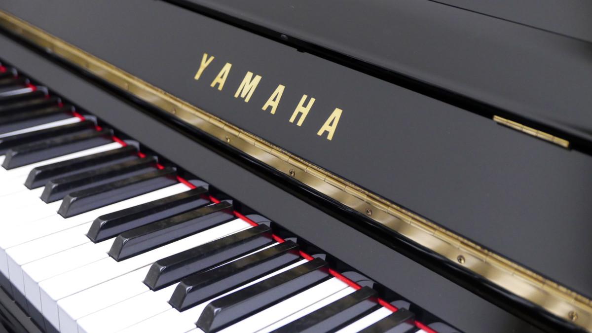 Yamaha U30BL #45025660 detalle teclado teclas marca