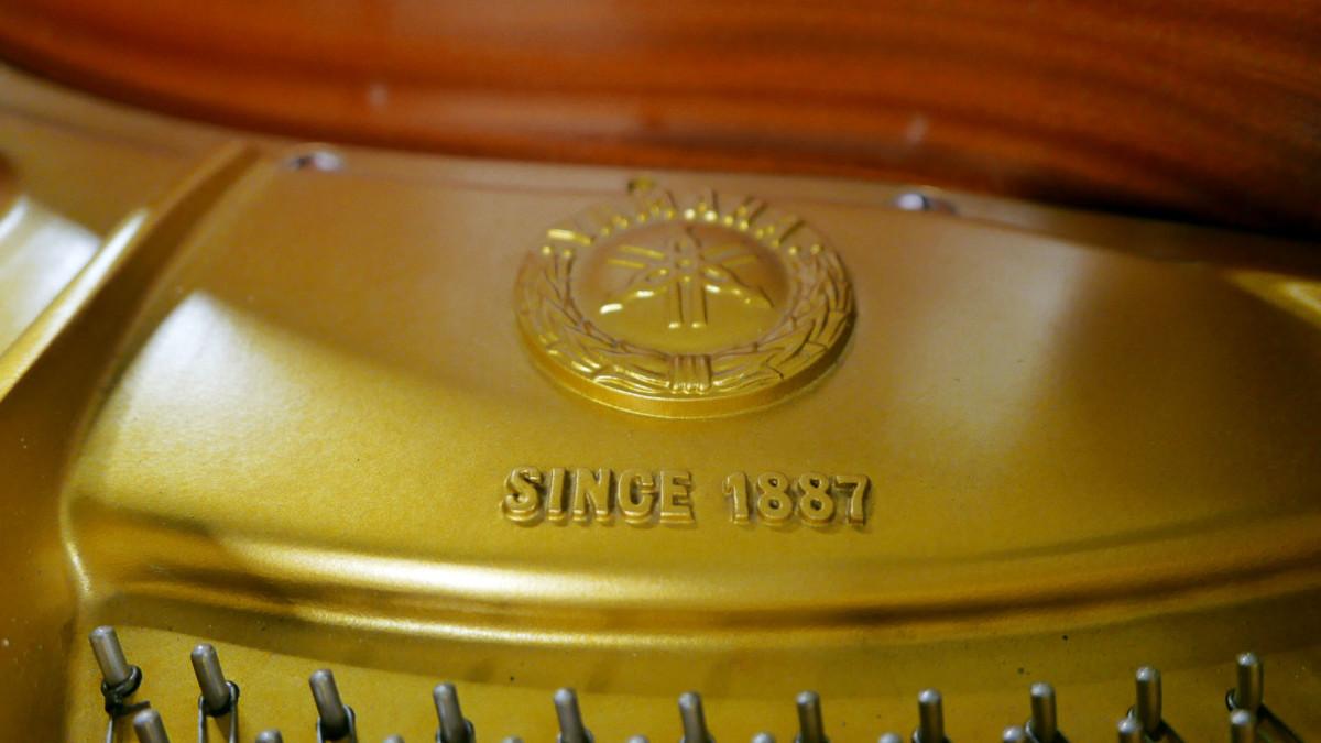 piano de cola Yamaha G2 #4310052 detalle sello marca