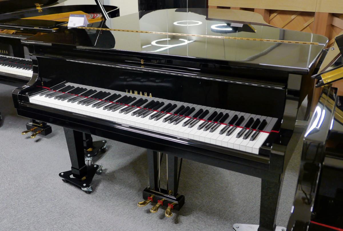 piano de cola Yamaha G2 #4310052 plano general tapa cerrada teclado abierto
