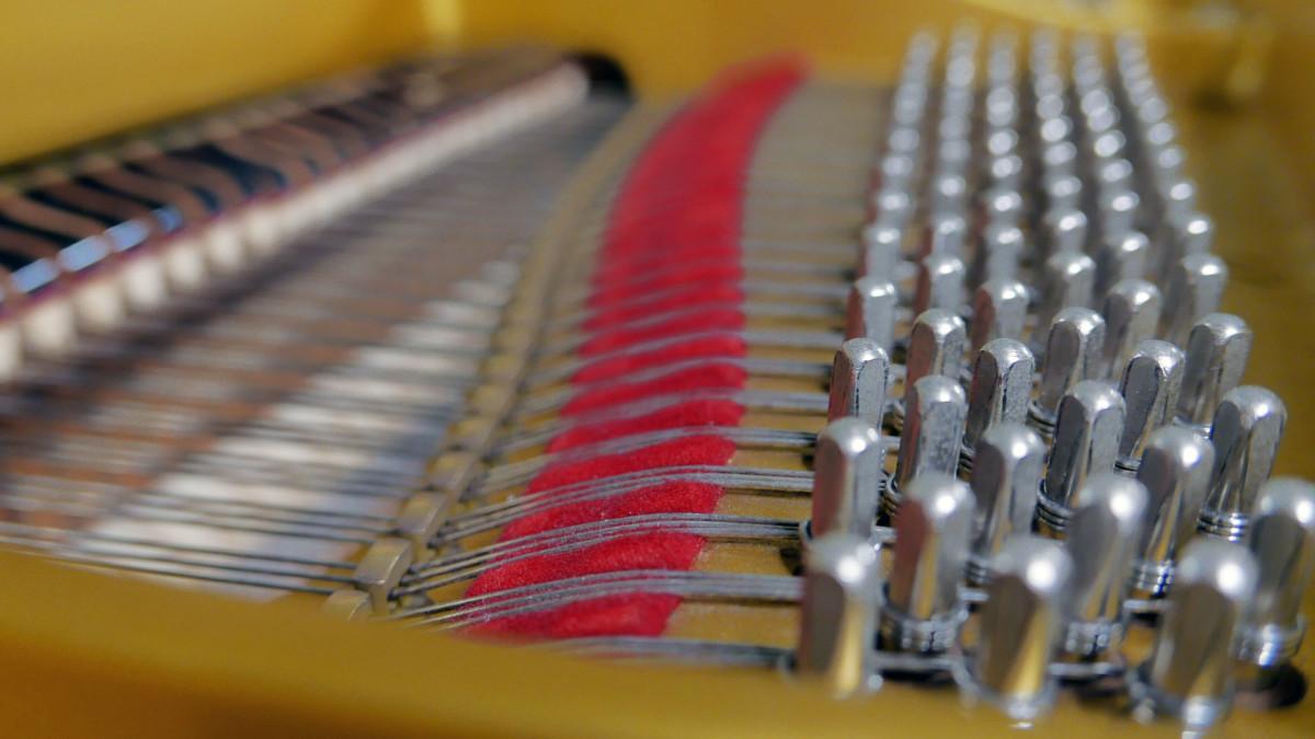 piano de cola Yamaha G2 #4310052 vista lateral clavijero fieltros cuerdas apagadores