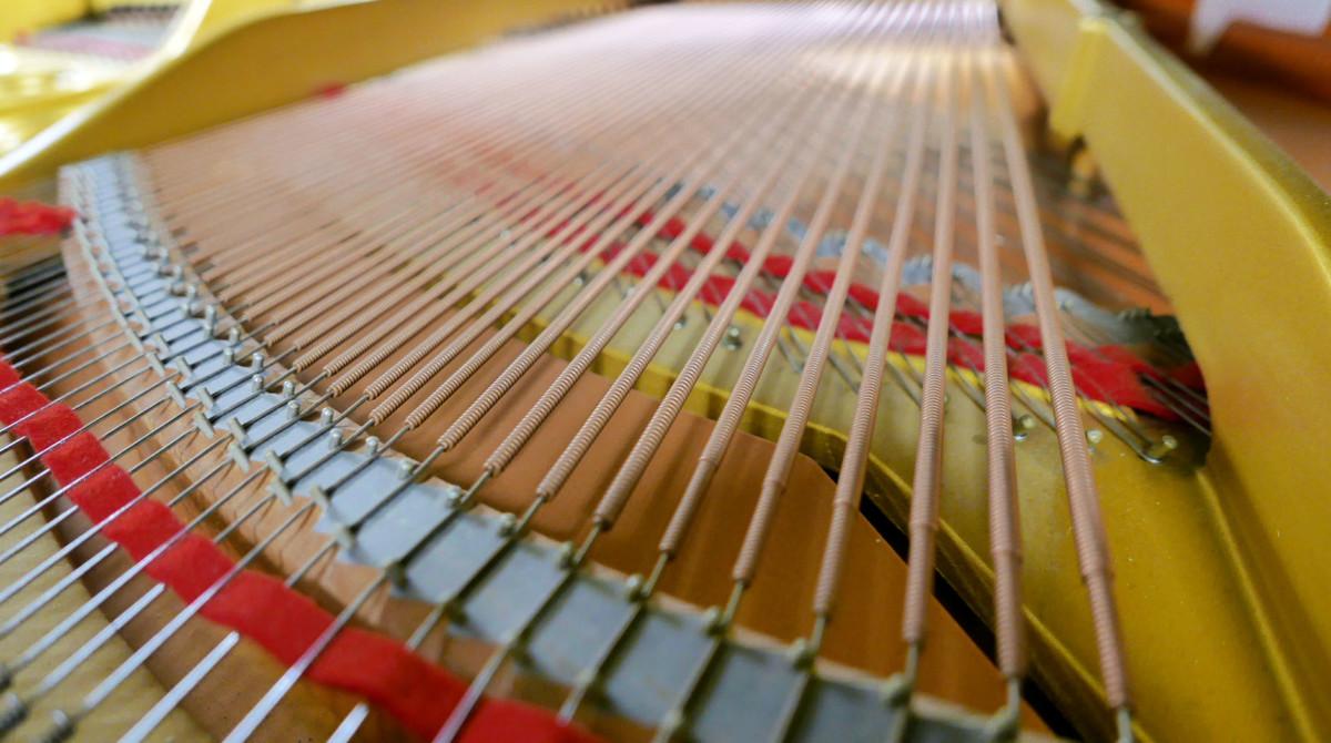 piano de cola Yamaha G2 #4310052 vista trasera bordones cuerdas