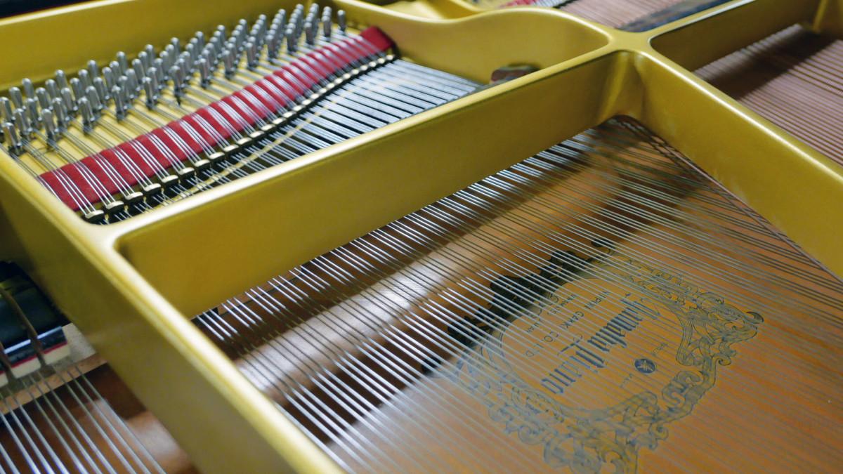 piano de cola Yamaha G2 #4310052 vista trasera tabla armonica marca cuerdas apagadores
