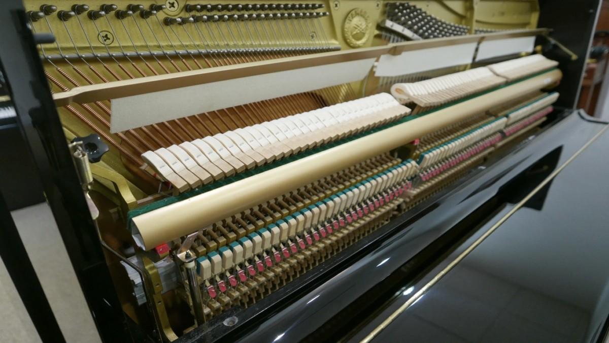 Piano-vertical-Yamaha-U100-5352275-detalle-vista-general-mecanismo-macillos-barra-filetro-apagadores-segunda-mano