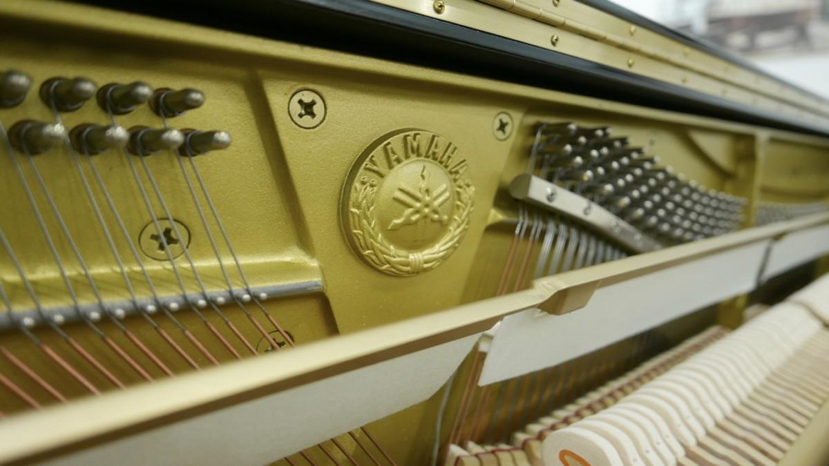 Piano-vertical-Yamaha-U100-5352275-detalle-vista-general-mecanismo-logo-yamaha-clavijero-segunda-mano