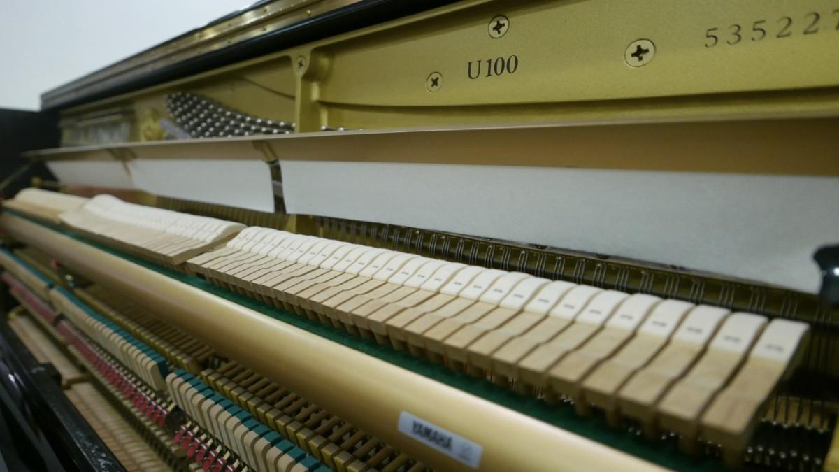Piano-vertical-Yamaha-U100-5352275-detalle-vista-general-mecanismo-modelo-numero-de-serie-macillos-segunda-mano