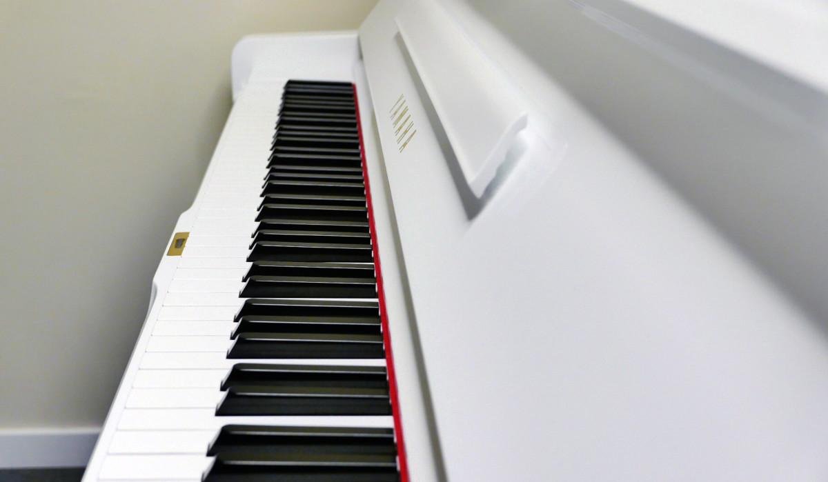 Yamaha U3 blanco pulido #3993690 vista lateral teclado teclas