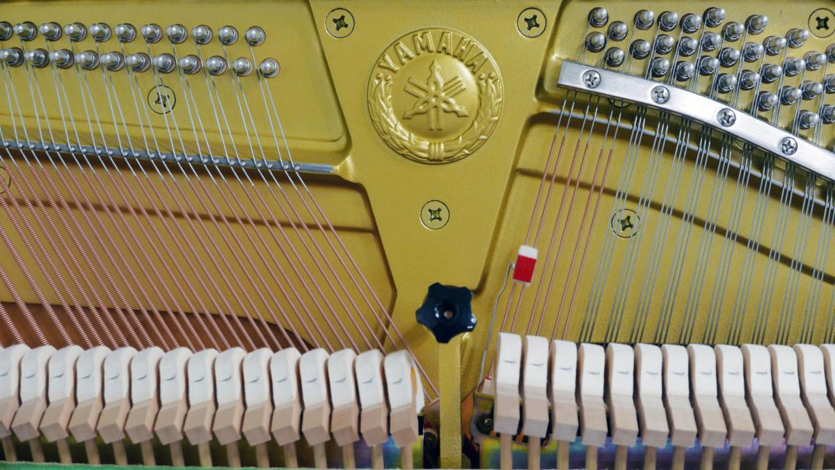 Yamaha U300SX Silent #5421102 interior mecanica vista frontal sello marca martillos cuerdas clavijero