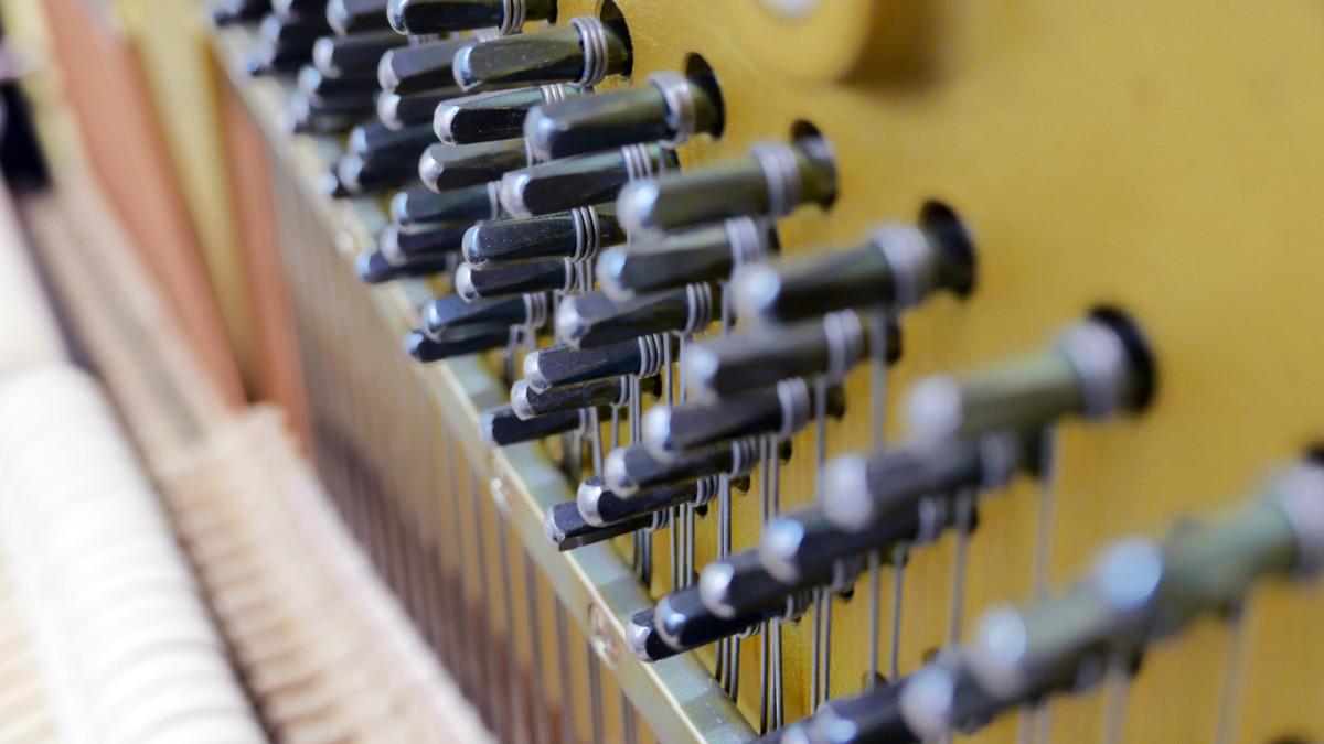 piano vertical Kawai H20 Silent #2185669 detalle clavijas clavijero
