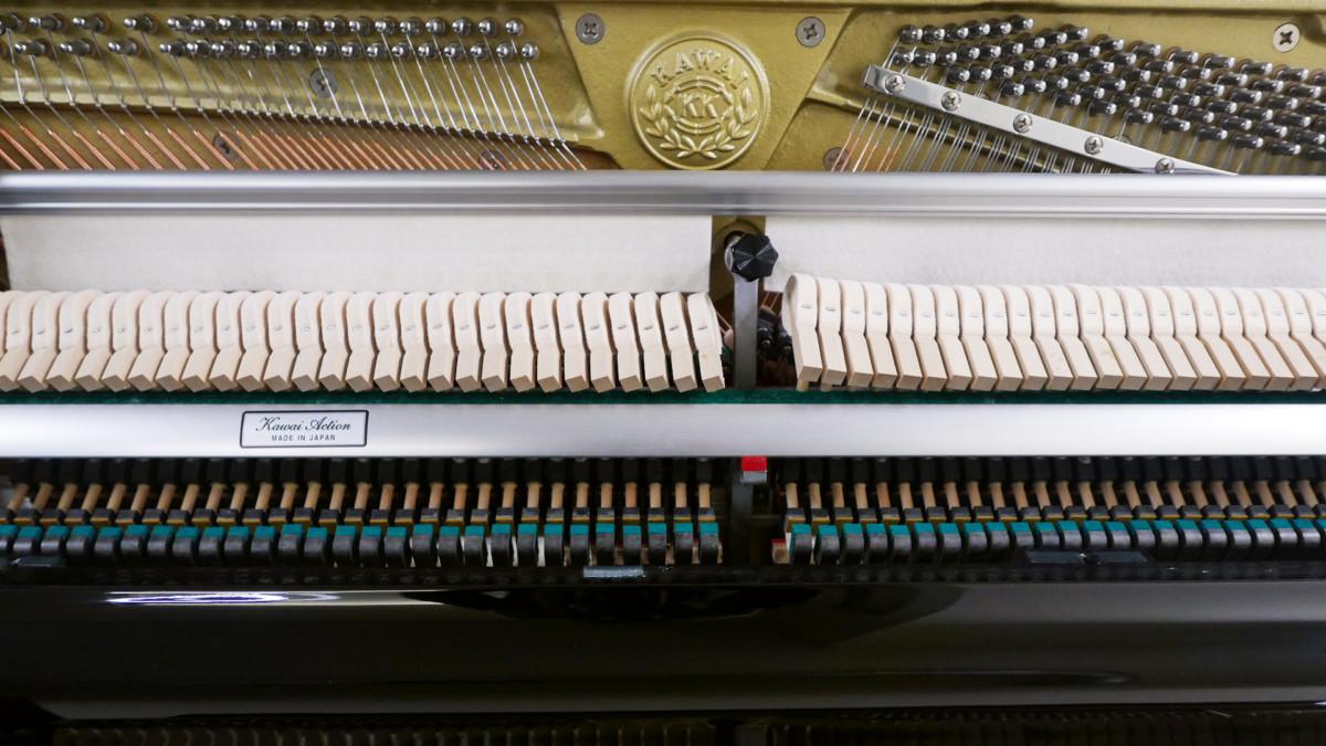 piano vertical Kawai K2 #F040168 vista forntal mecanica martillos cuerdas sordina