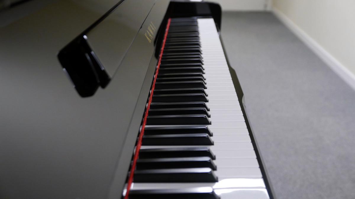 piano vertical Kawai K2 #F040168 vista lateral teclado teclas