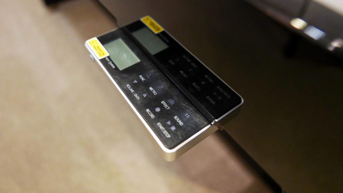 piano vertical Yamaha E121 silent #5608086 detalle sistema silent consola abierta