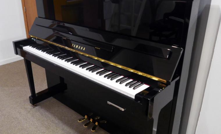 piano vertical Yamaha E121 silent #5608086 vista general tapa abierta