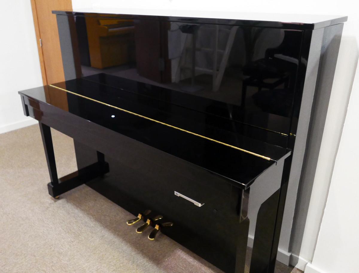 piano vertical Yamaha E121 silent #5608086 vista general tapa cerrada