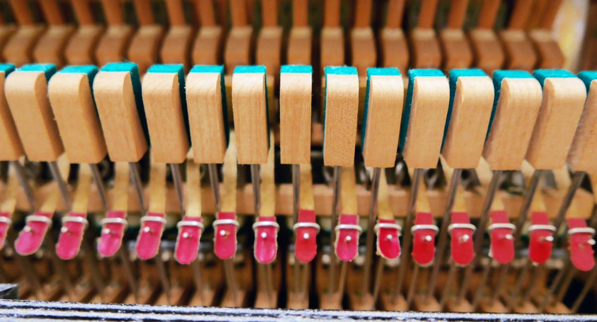 piano vertical Yamaha U1 #2251146 detalle interior bridas basculas