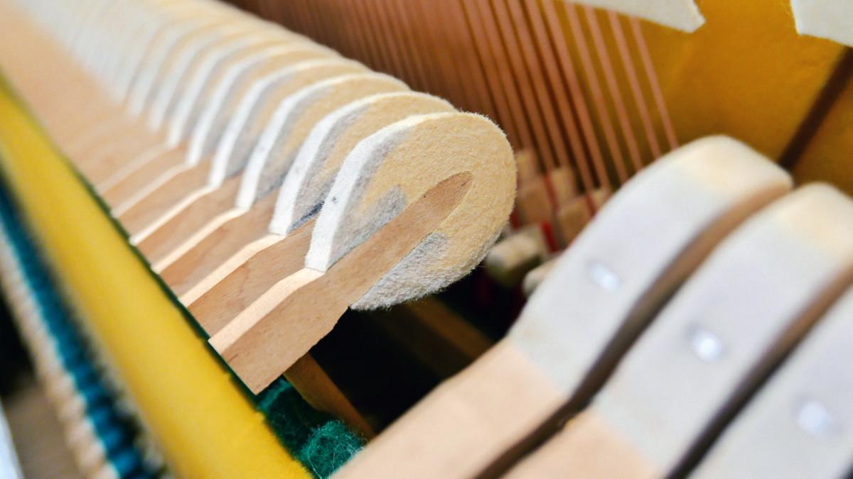 piano vertical Yamaha U1 #2251146 detalle martillos macillos martillo macillo