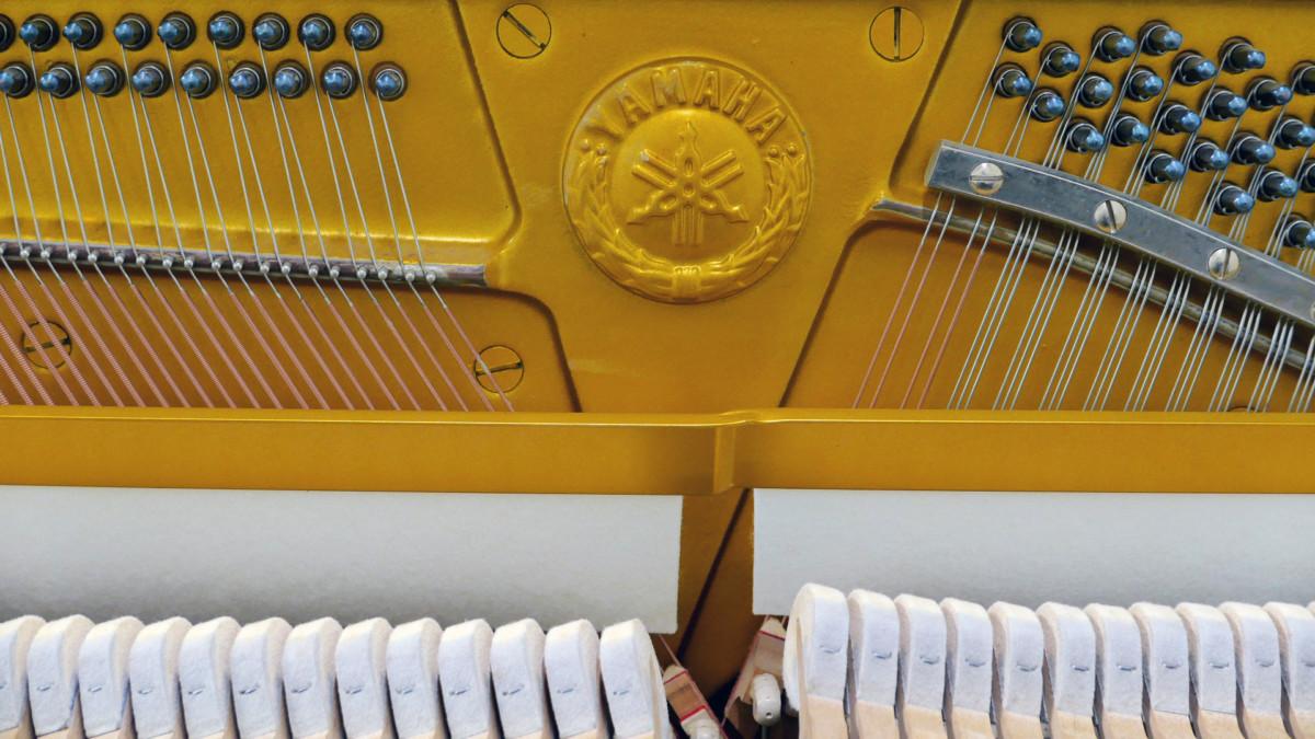 piano vertical Yamaha U1 #2251146 interior sello marca martillos sordina cuerdas clavijas