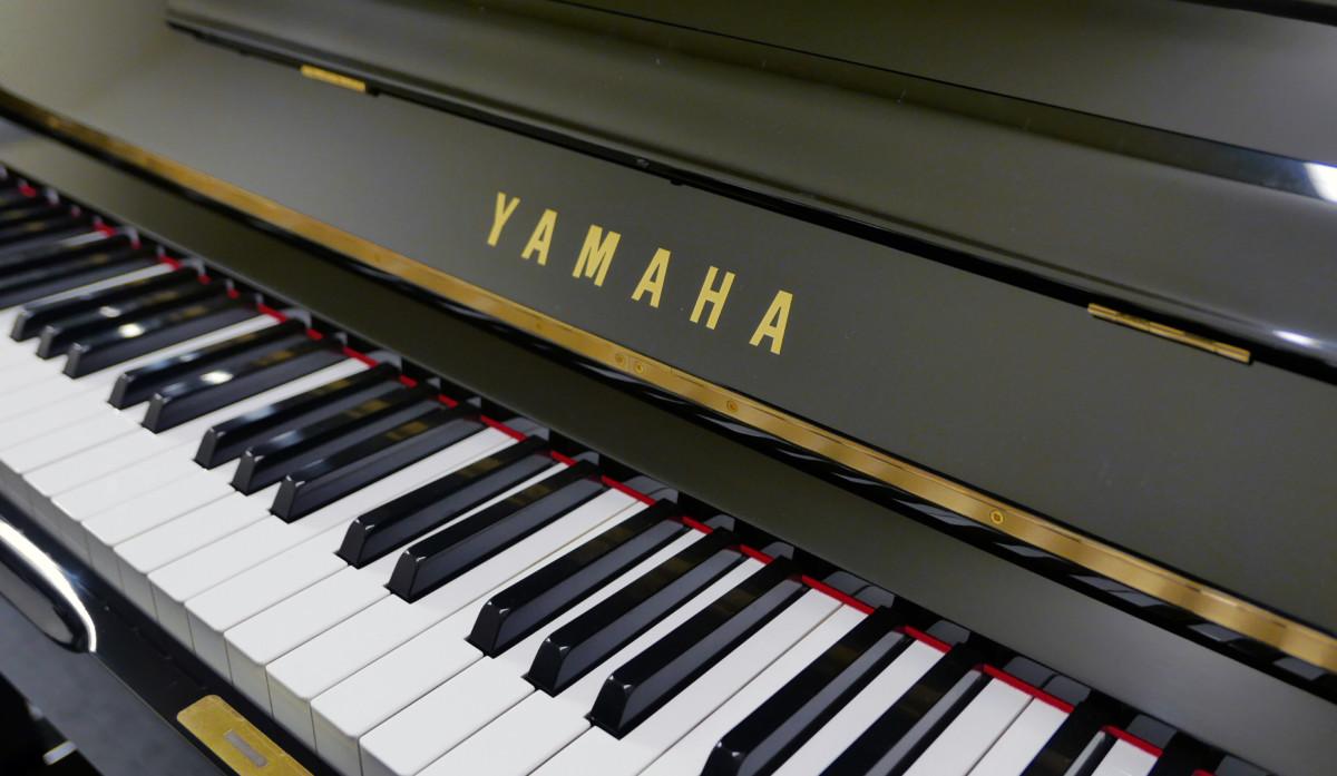 piano vertical Yamaha U1 #2251146 teclado teclas marca