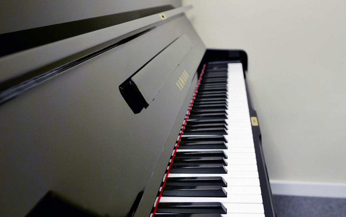 piano vertical Yamaha U1 #2251146 teclado teclas vista lateral