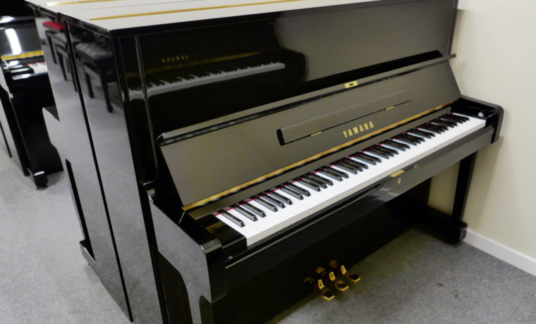 piano vertical Yamaha U1 #2251146 vista general tapa abierta