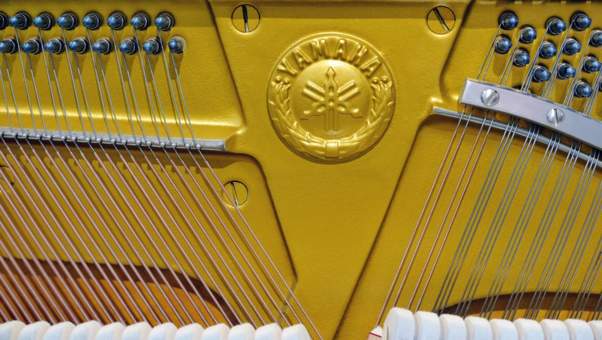 piano vertical Yamaha U1 silent #2400745 sello marca cuerdas clavijas