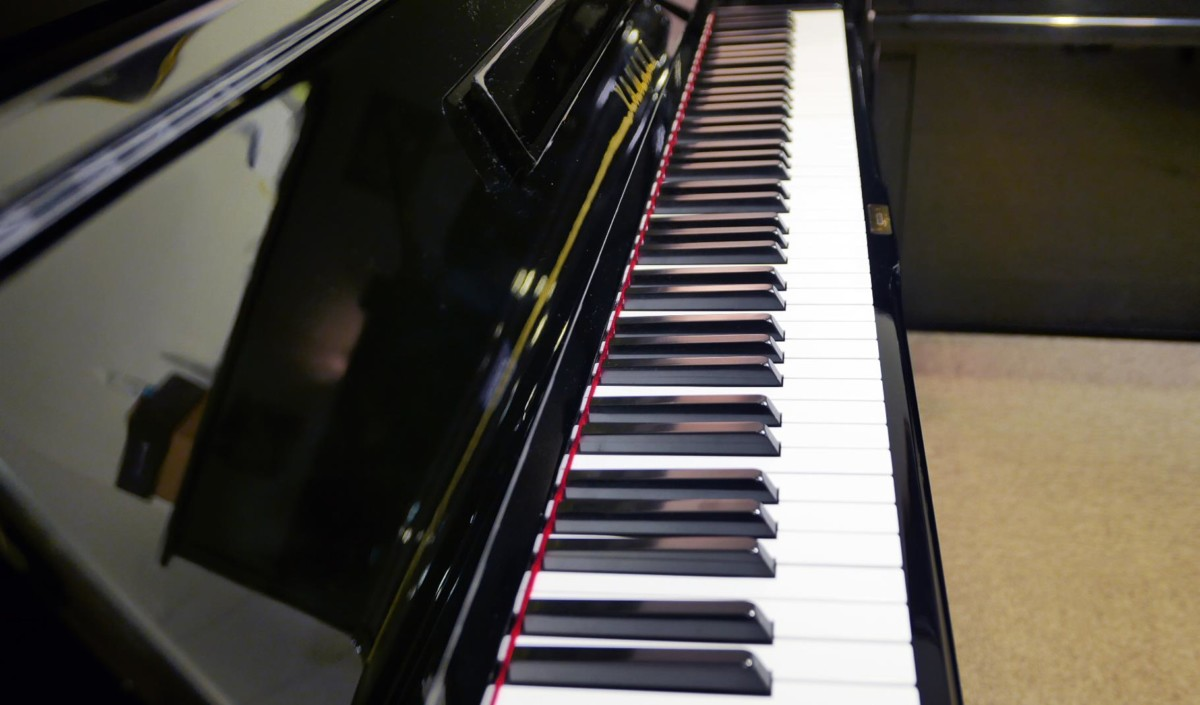 piano vertical Yamaha U1 silent #2400745 teclado teclas vista lateral