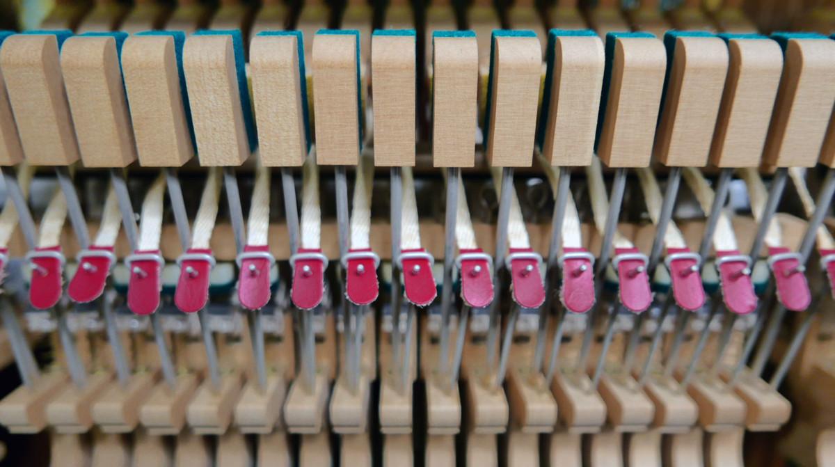 piano vertical Yamaha U3 #4173168 detalle basculas bridas mecanica interior