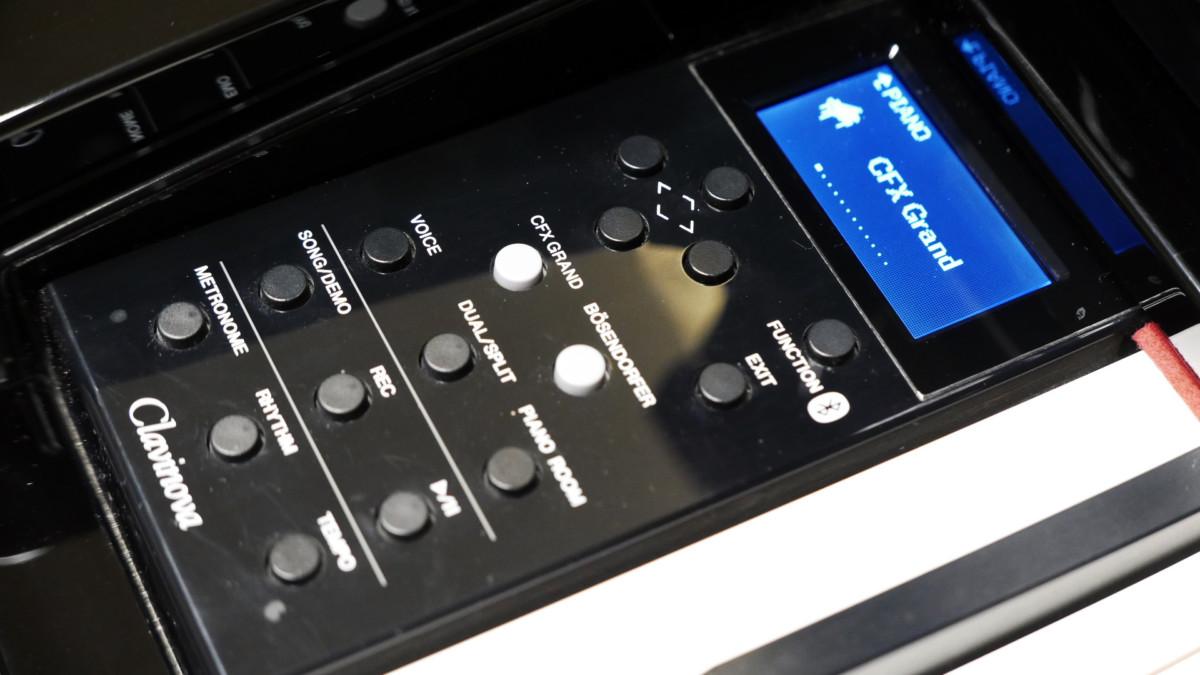 piano de cola Yamaha Clavinova CLP695GP detalle lateral consola