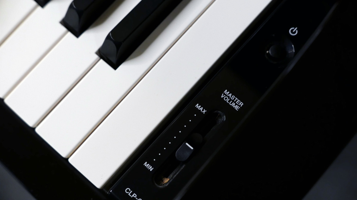 piano de cola Yamaha Clavinova CLP695GP detalle lateral volumen