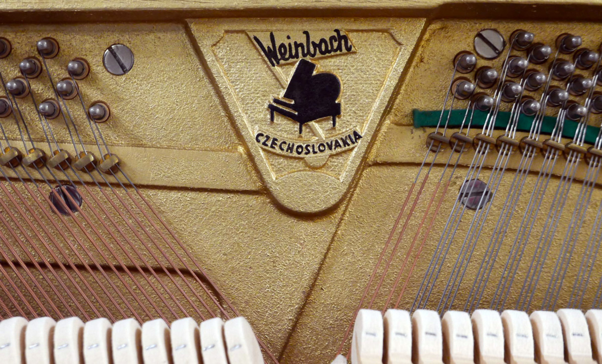piano vertical Weinbach 115 #157122 detalle interior marca firma clavijero cuerdas