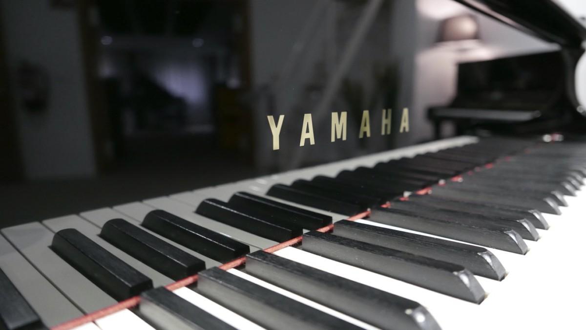 piano de cola Yamaha C6 #5605144 vista lateral marca teclado