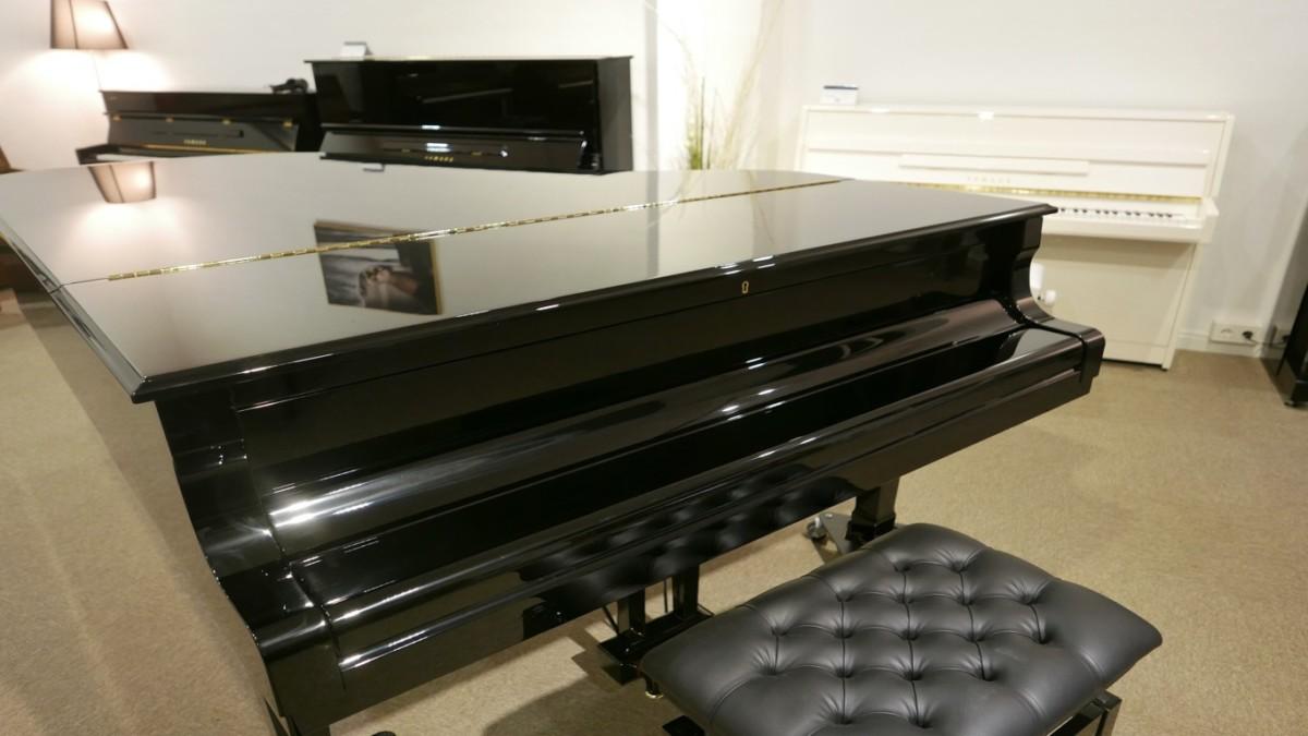 piano de cola Yamaha C6 #5605144 plano general tapas cerradas con banqueta