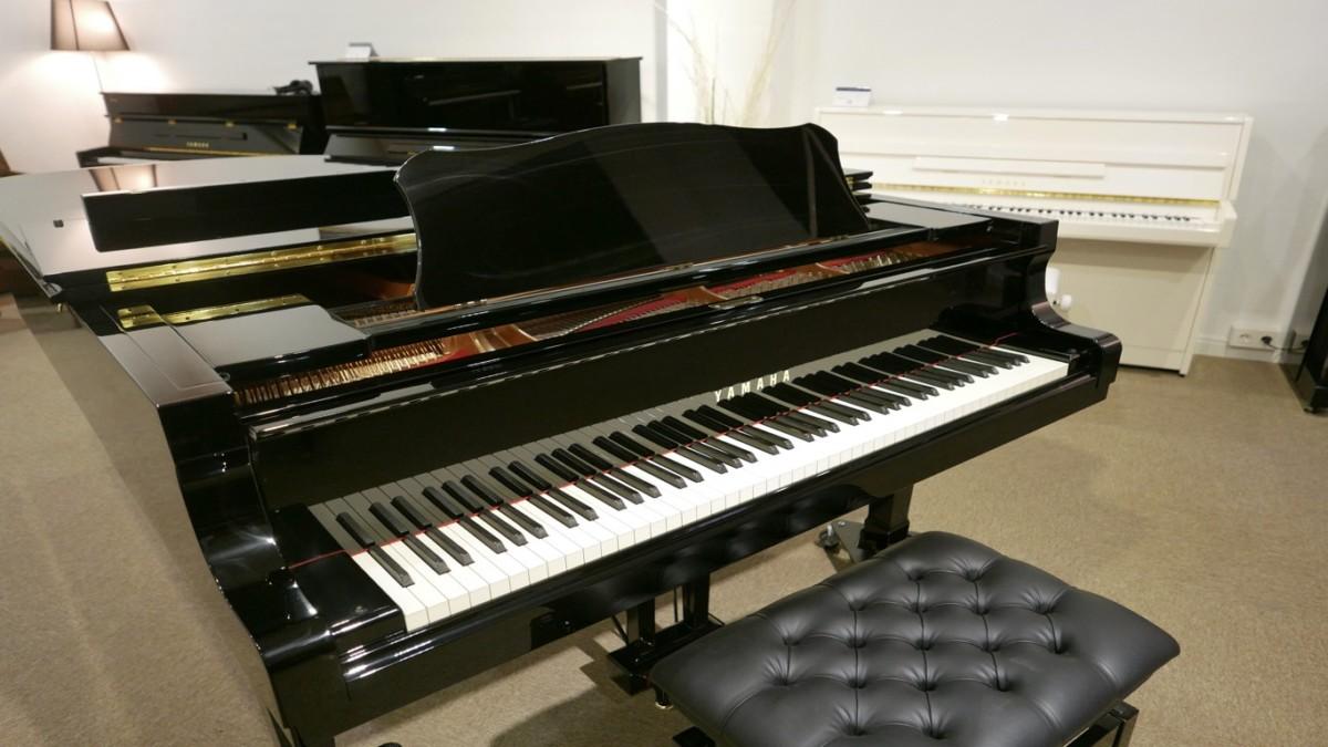 piano de cola Yamaha C6 #5605144 plano general cerrado con banqueta