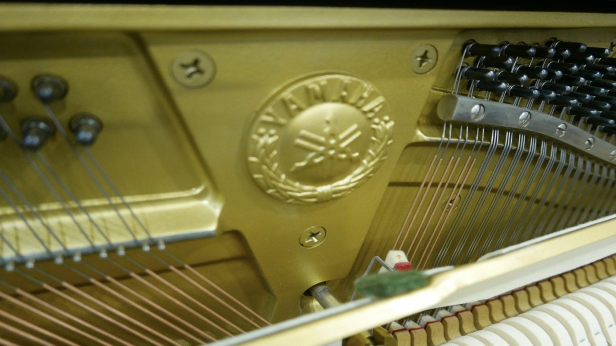 Piano-vertical-Yamaha-U3-4172540-detalle-logo-yamaha-segunda-mano