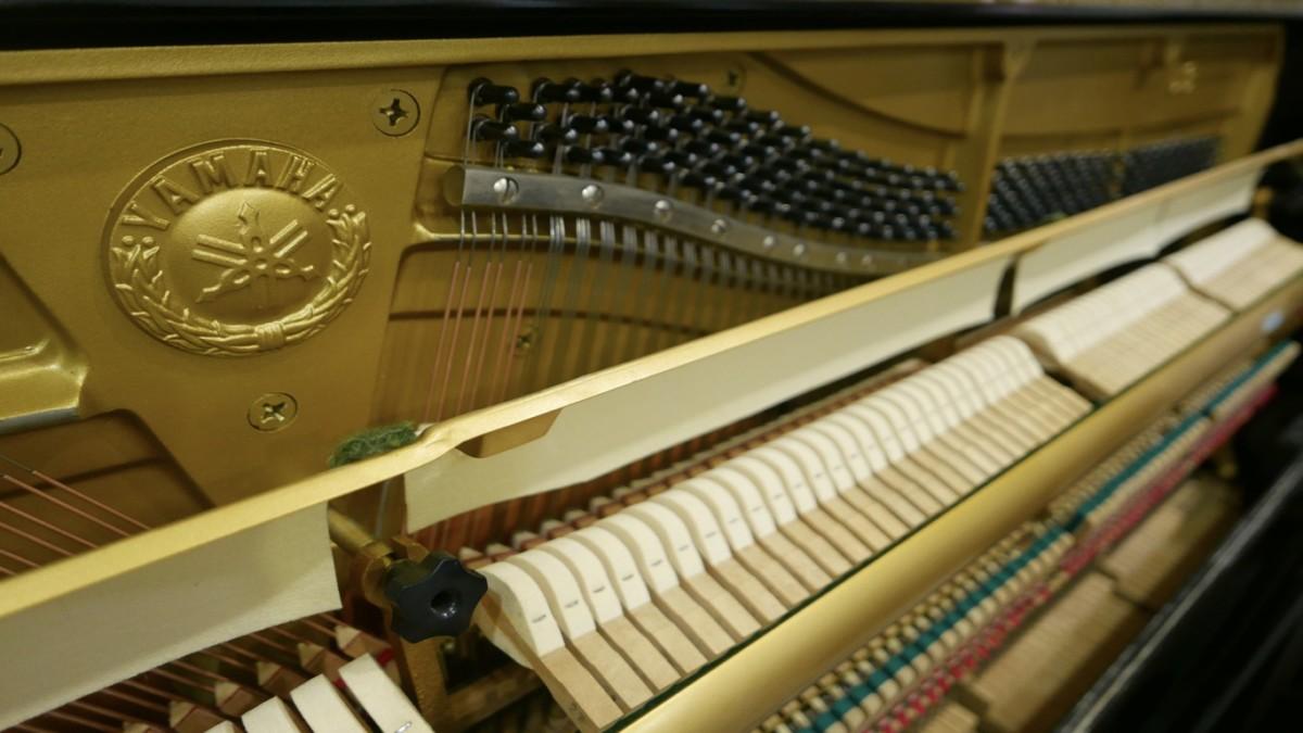 Piano-vertical-Yamaha-U3-4172540-detalle-barra-macillos-fieltro-logo-segunda-mano
