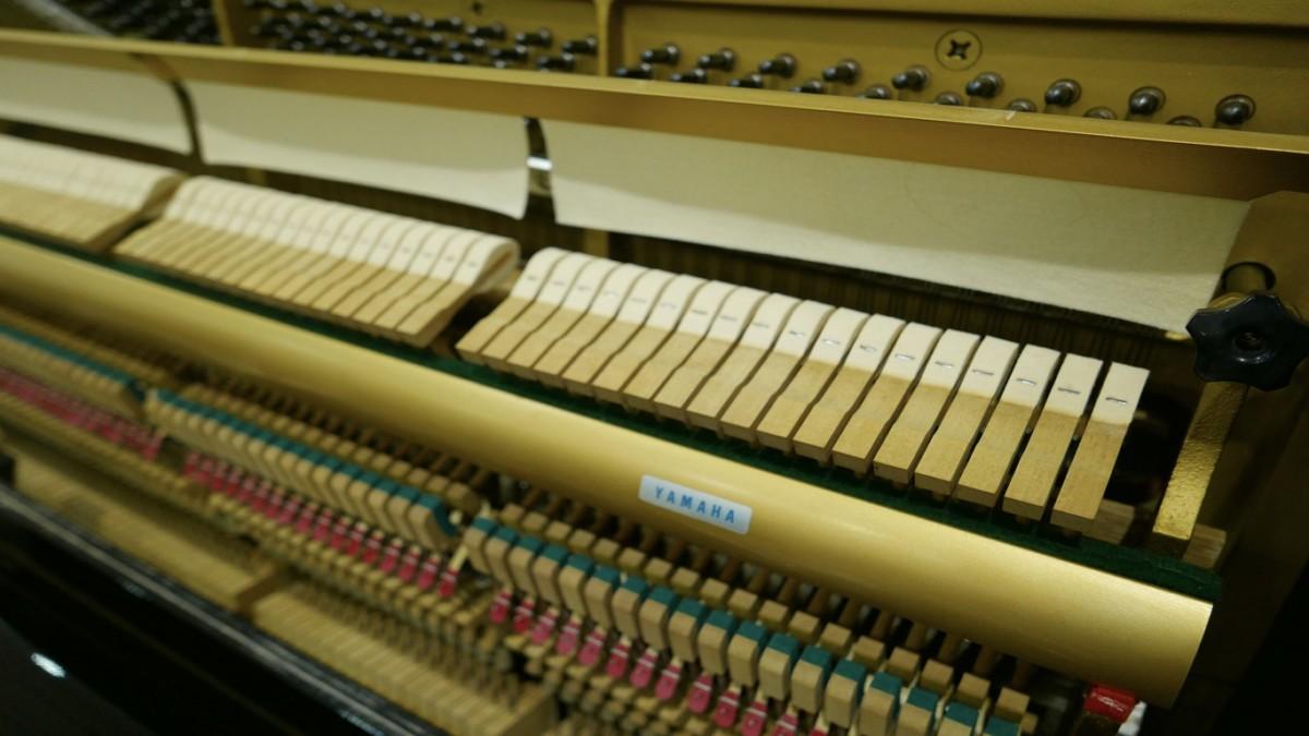 Piano-vertical-Yamaha-U3-4172540-detalle-macillos-barra-fieltro-mecanimo-segunda-mano