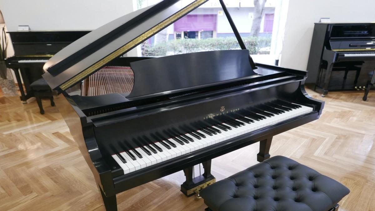 Piano-de-cola-Steinway-S155-511441-detalle-vista-general-banqueta-segunda-mano
