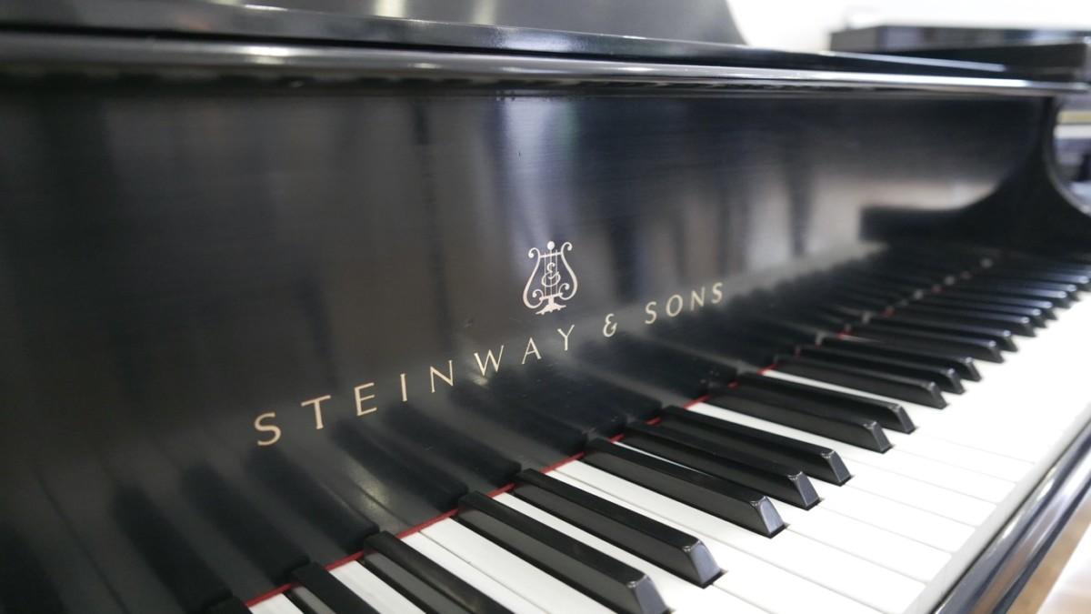 Piano-de-cola-Steinway-S155-511441-detalle-teclado-marca-steinway-tapa-segunda-mano