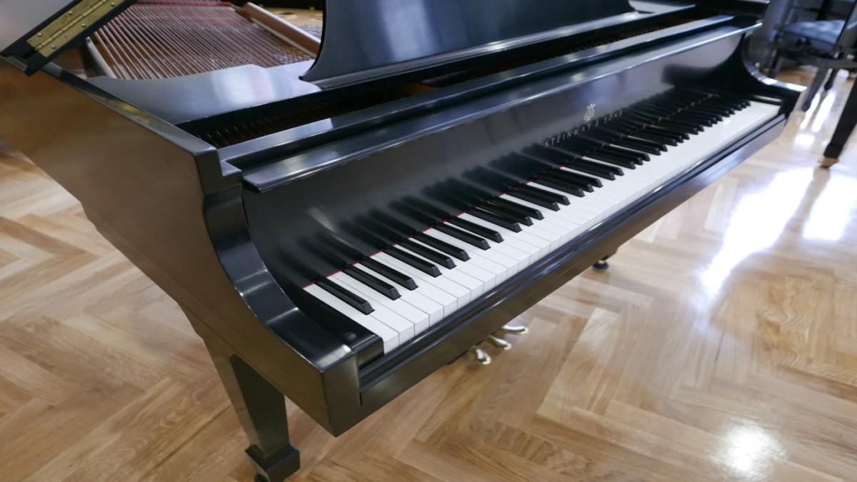 Piano-de-cola-Steinway-S155-511441-detalle-teclado-pata-atril-esquina-segunda-mano